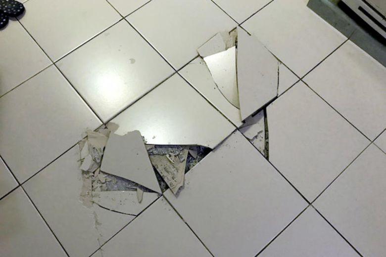 lantai keramik terangkat